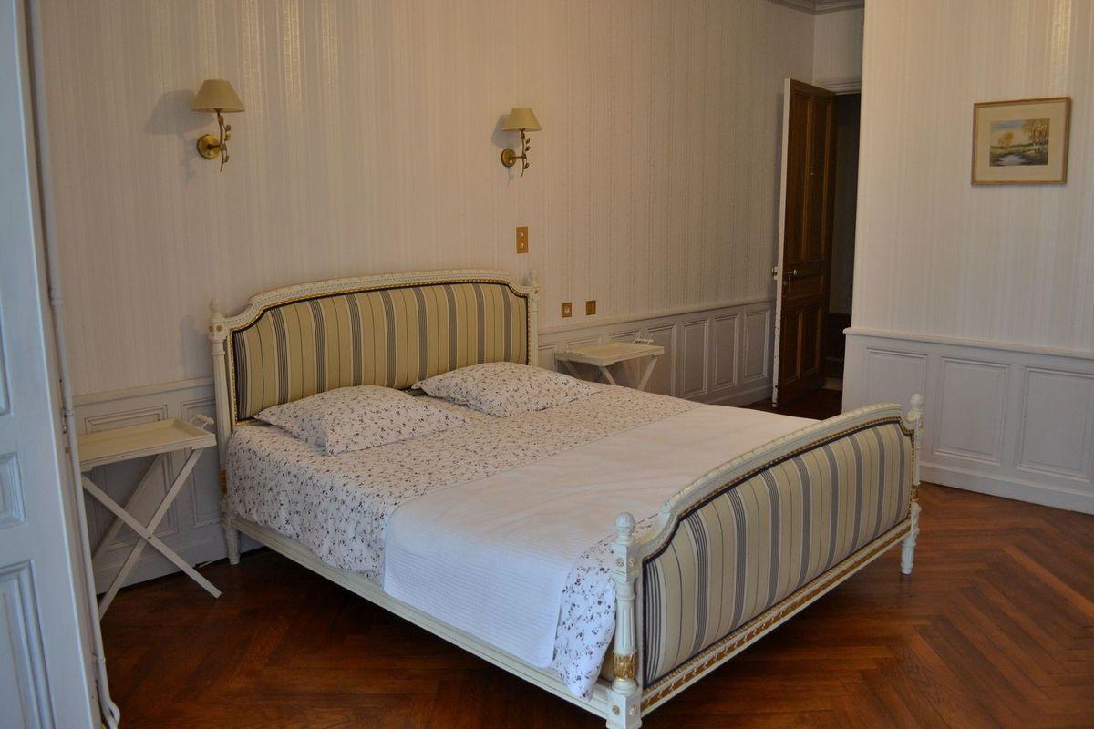 """Notre si jolie chambre pour la nuit, avec son petit salon et ses grandes fenêtres... Si ma mémoire est bonne, nous avions la chambre """"Marquise de Sévigné""""..."""