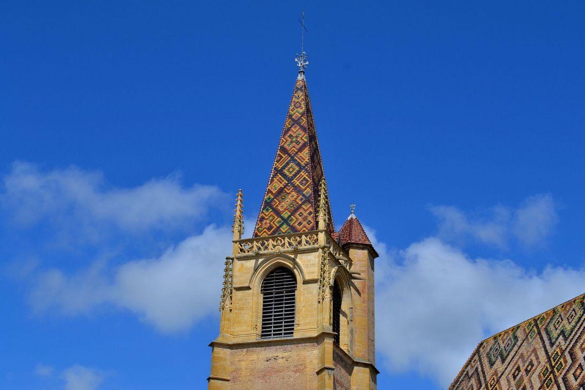 C'est en septembre 1138 qu'Albéric, disciple du célèbre moine Bernard de Clairvaux, a fondé ce monastère cistercien, une construction typique de la période de transition entre art roman et art gothique et qui fut achevée en 1240. Mais ce n'est seulement qu'en 1460 que l'abbé Pierre de la Fin fit recouvrir la toiture de ces magnifiques tuiles vernissées...