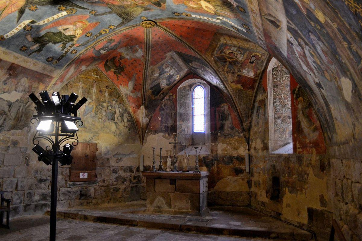 Les splendides fresques murales de la chapelle basse de la Collégiale de Saint-Bonnet-le-Château...