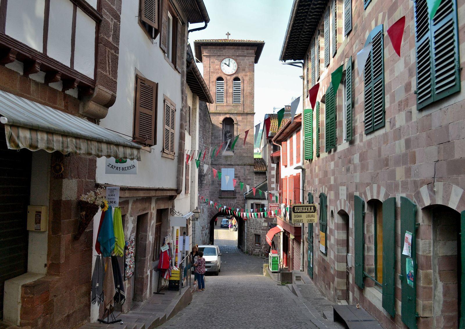 """Sur les photos ci-dessus, la charmante rue de la Citadelle, après être passés sur le pont enjambant la Nive, la rivière qui traverse le village, et sous la porte de Navarre. Longtemps surnommée """"Porte du Marché"""" car c'est là que se tenait le marché médiéval dès 1258..."""