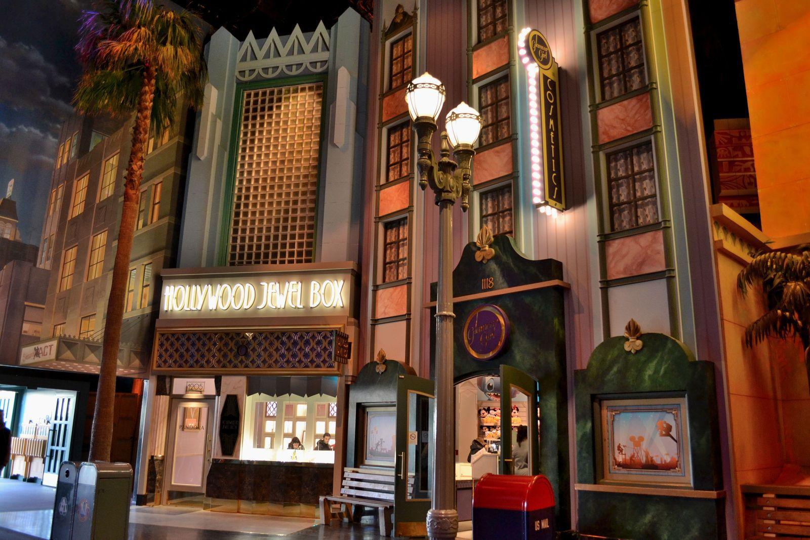 A l'intérieur de Studio 1, le bâtiment se situant à l'entrée et qu'il faut traverser pour accéder au reste du parc. Studio 1 se présente comme un Hollywood mythique tel qu'il aurait pu exister durant l'Âge d'or dans les années 1930, et révèle les artifices des décorateurs avec ses nombreuses boutiques « cachées » derrière de véritables façades de cinéma. Des éléments architecturaux célèbres d'Hollywood sont ainsi reproduits, et un ciel nocturne a été recréé. Sur la photo ci-dessus, un décor de station-service rendant hommage à l'ambiance de la route 66. J'étais littéralement ébahie face à ce spectable, c'était juste trop beau!