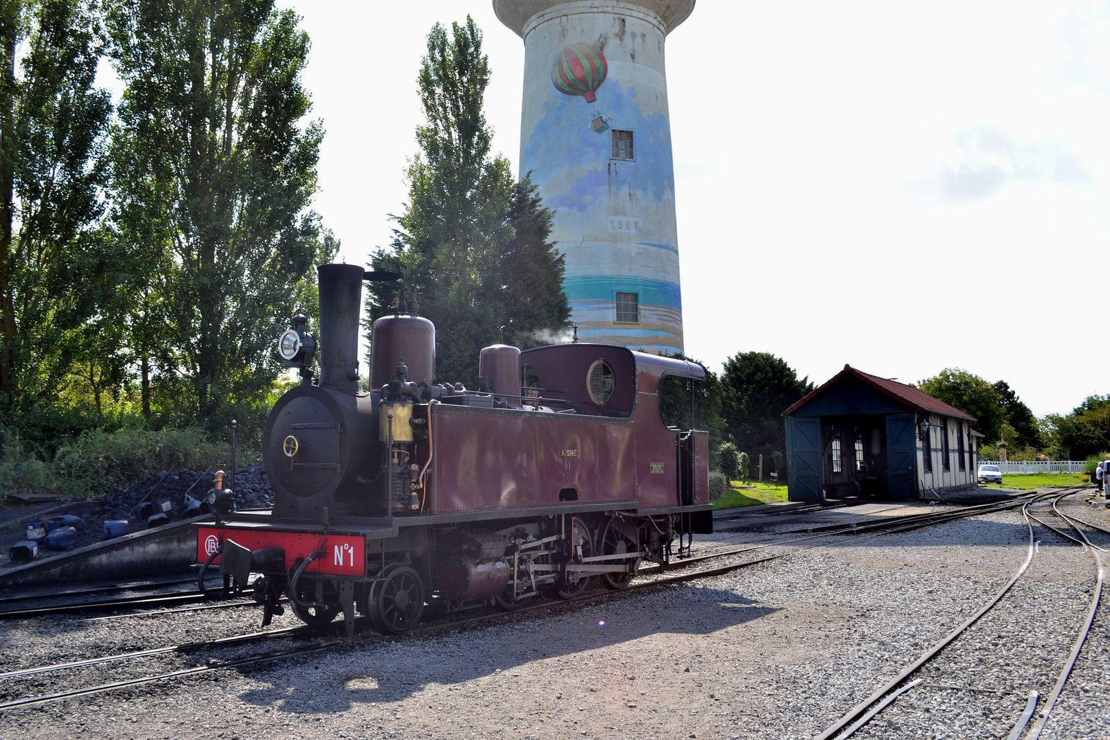 Sur les deux photos ci-dessus, nous sommes arrivés dans la gare du Crotoy et nous pouvons admirer la si jolie locomotive à vapeur qui nous a conduits jusqu'à destination. Il s'agit de la locomotive à vapeur 130 Corpet n°1 datant de 1906, rien que ça! Elle est passée dans différentes mains au cours du siècle dernier, notamment les Chemins de Fer Départementaux de l'Aisne (CDA) et elle est finalement rachetée par Le Chemin de Fer de la Baie de Somme en 1971, qui la remet en marche en 1992. Arrêtée en 2001, elle est alors entièrement reconstruite et sort des ateliers du CFBS juste à temps pour son centenaire, en 2006.