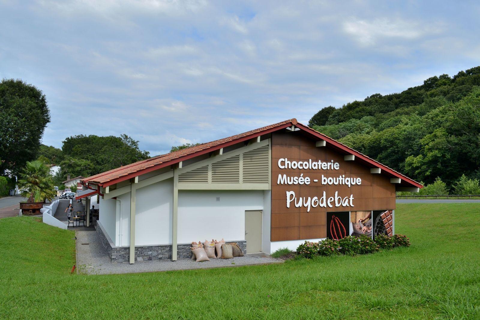 La chocolaterie-musée PUYODEBAT à Cambo-les-Bains, où même les coussins à l'entrée de l'établissement ressemblent à des carreaux de chocolat et te donnent direct l'envie de croquer dedans, hi hi!