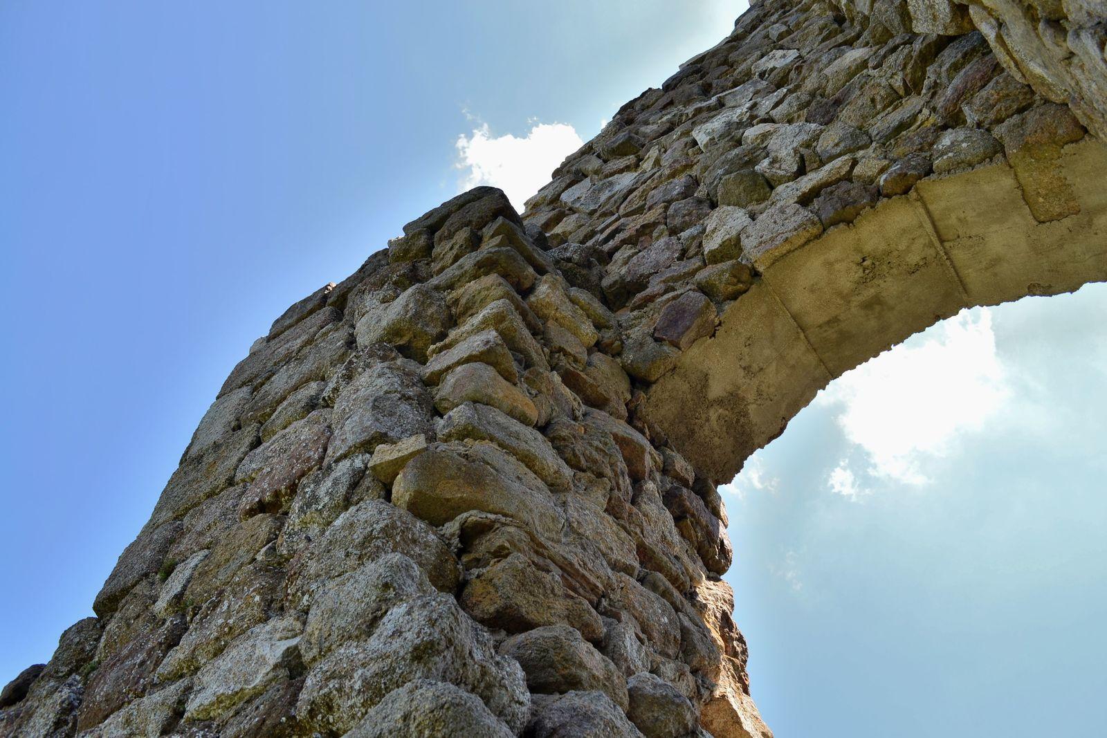 Les vestiges du château de Montchal, j'étais littéralement ébahie par l'immense panorama donnant sur le sud du massif! C'était tout simplement époustouflant! Après être restés un petit moment autour de ce pan de mur, nous sommes redescendus dans le hameau (dont les maisons ont été bâties avec les pierres du château), et avons poursuivi notre balade. J'avoue que ces maisons m'ont vraiment fait envie, tellement elles étaient charmantes. Je me verrais bien vivre dans un lieu comme ça, entourée par la nature, dans une habitation en vieilles pierres...