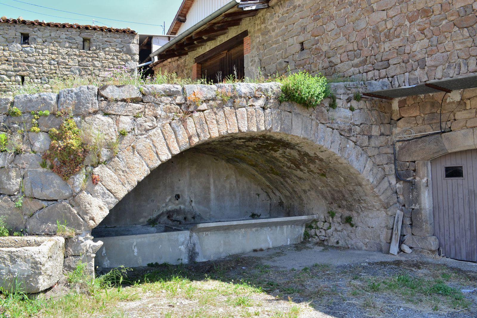 Le charmant petit hameau de Lampony, avec son vieux lavoir...