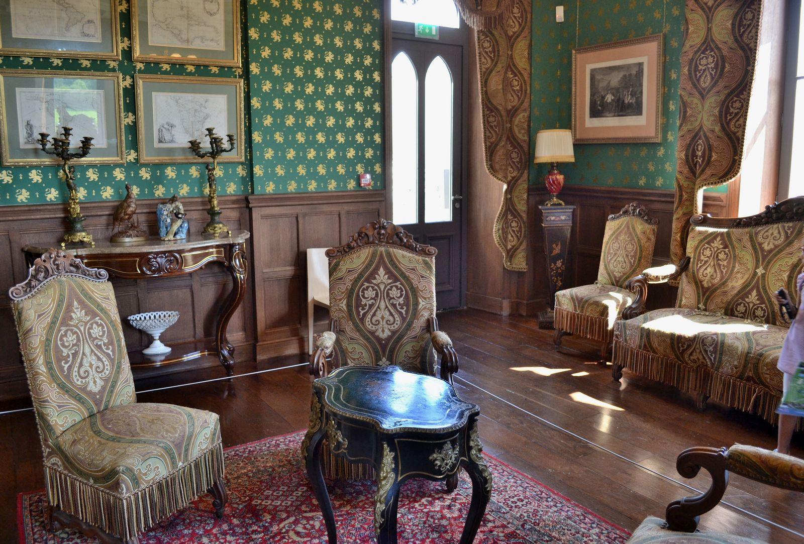Les deux salons à l'ambiance très cosy et élégante, avec ces boiseries, mais aussi ces gros canapés rouges et ces vases magnifiques...