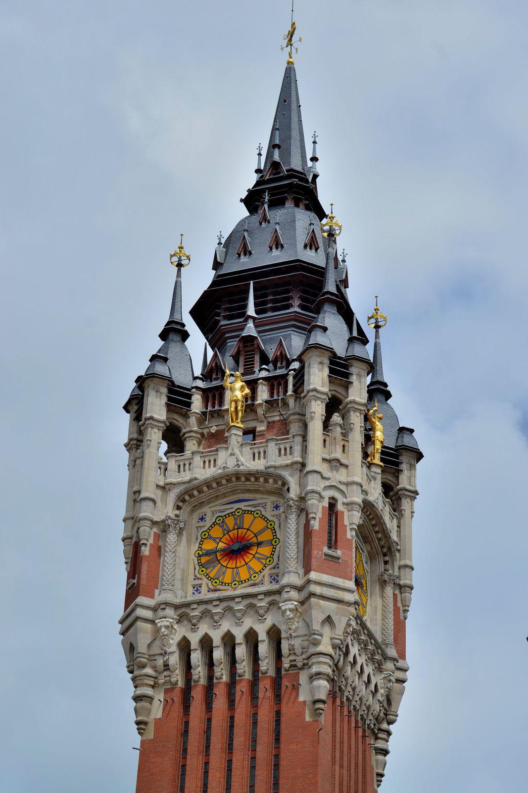 L'Hôtel de Ville de Calais. Sur la photo ci-dessus, la superbe verrière Art Déco du rez-de-chaussée, abritant une exposition de sculptures...