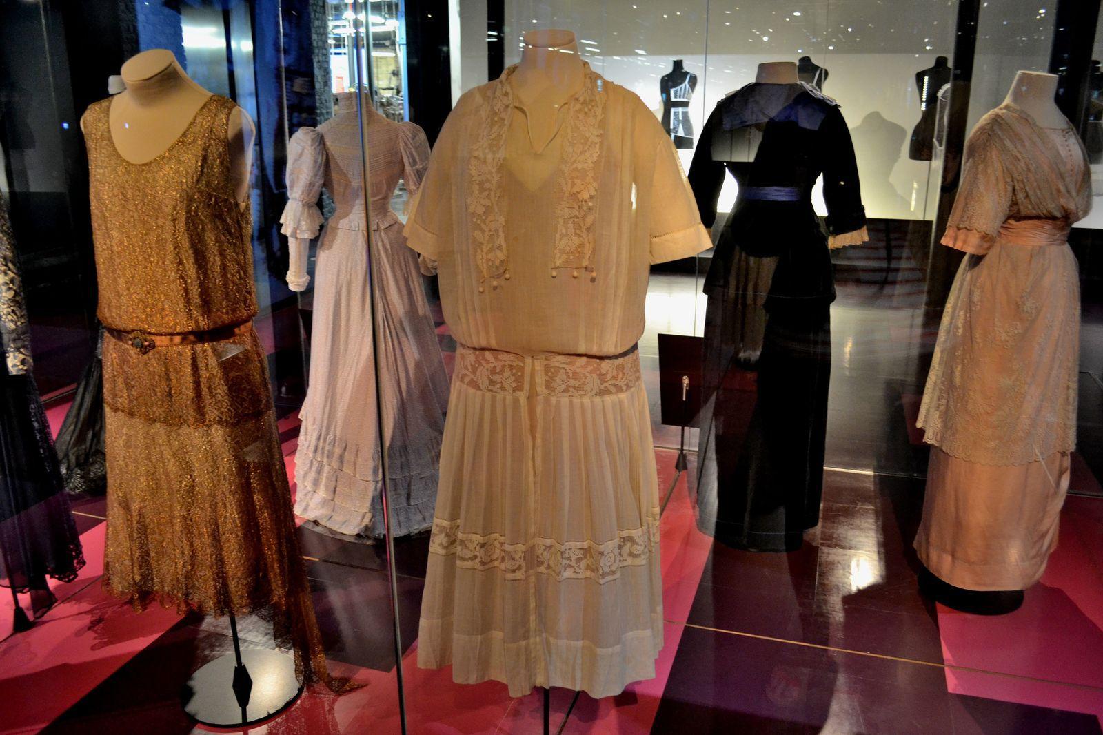 Ci-dessus, j'ai eu le coup de coeur pour cette longue robe bustier noire et blanche de la maison Balmain et créée en 1958. J'ai également aimé ce petit tailleur multicolore avec des noeuds de la maison Dior et créé en 1990.