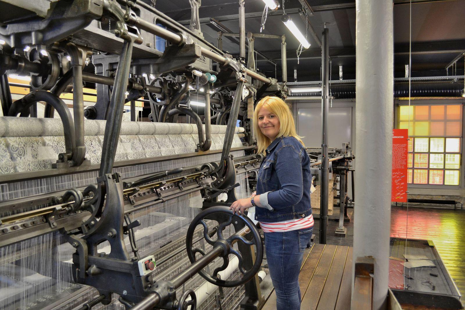 Sur la photo ci-dessus, en train de manipuler une machine Leavers (pour de faux, bien sûr!).