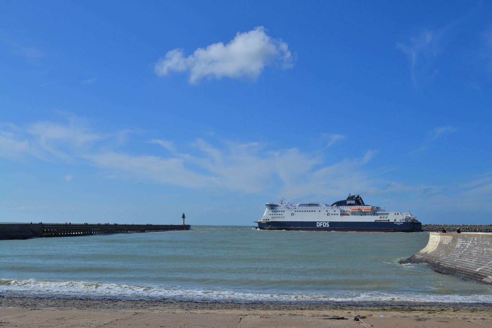 Ferry quittant le port de Calais pour rejoindre l'Angleterre...