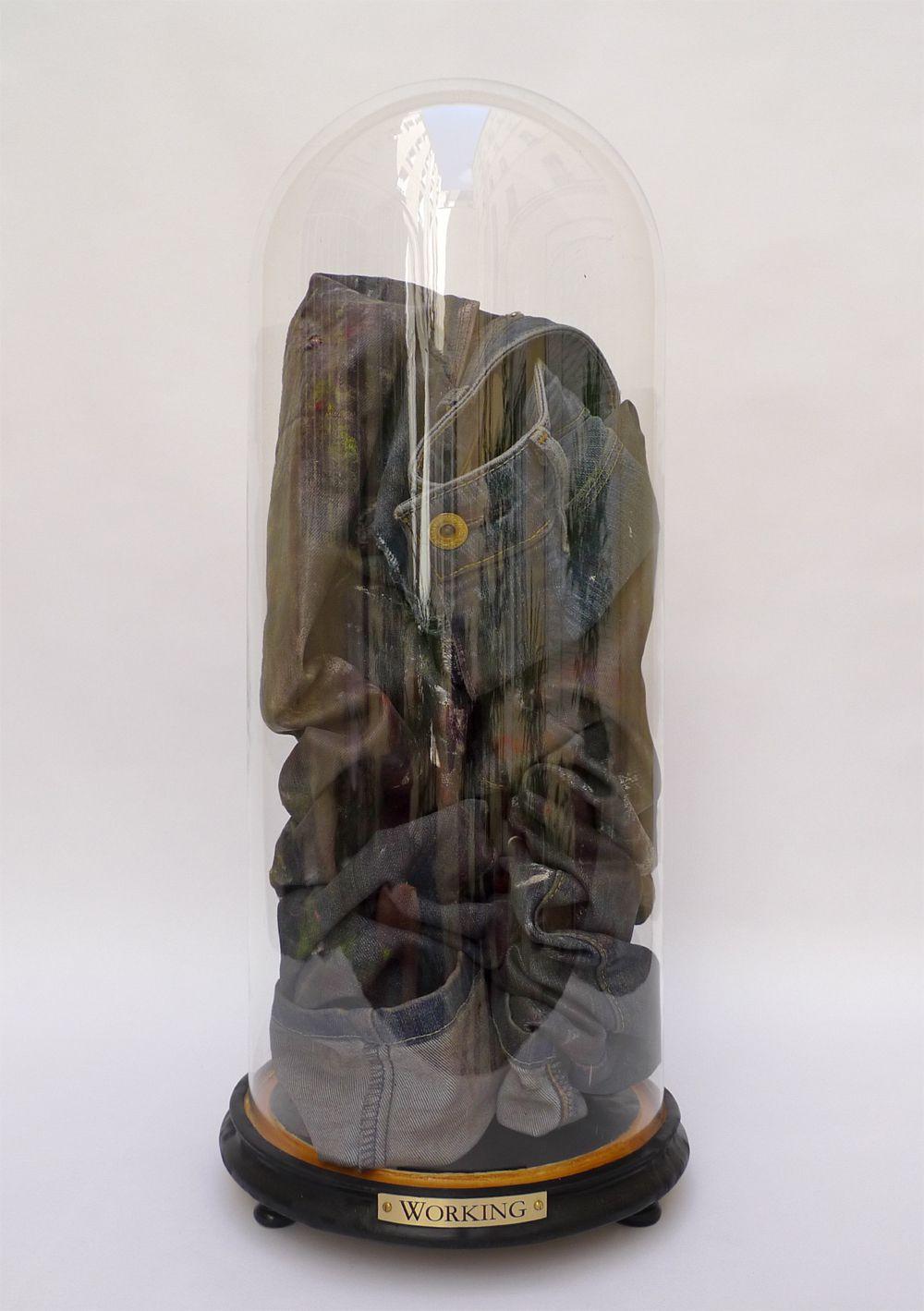 Working -  huile sur jean, cloche en verre soufflé, bois, laiton gravé. H 53 cm, ø 23 cm.