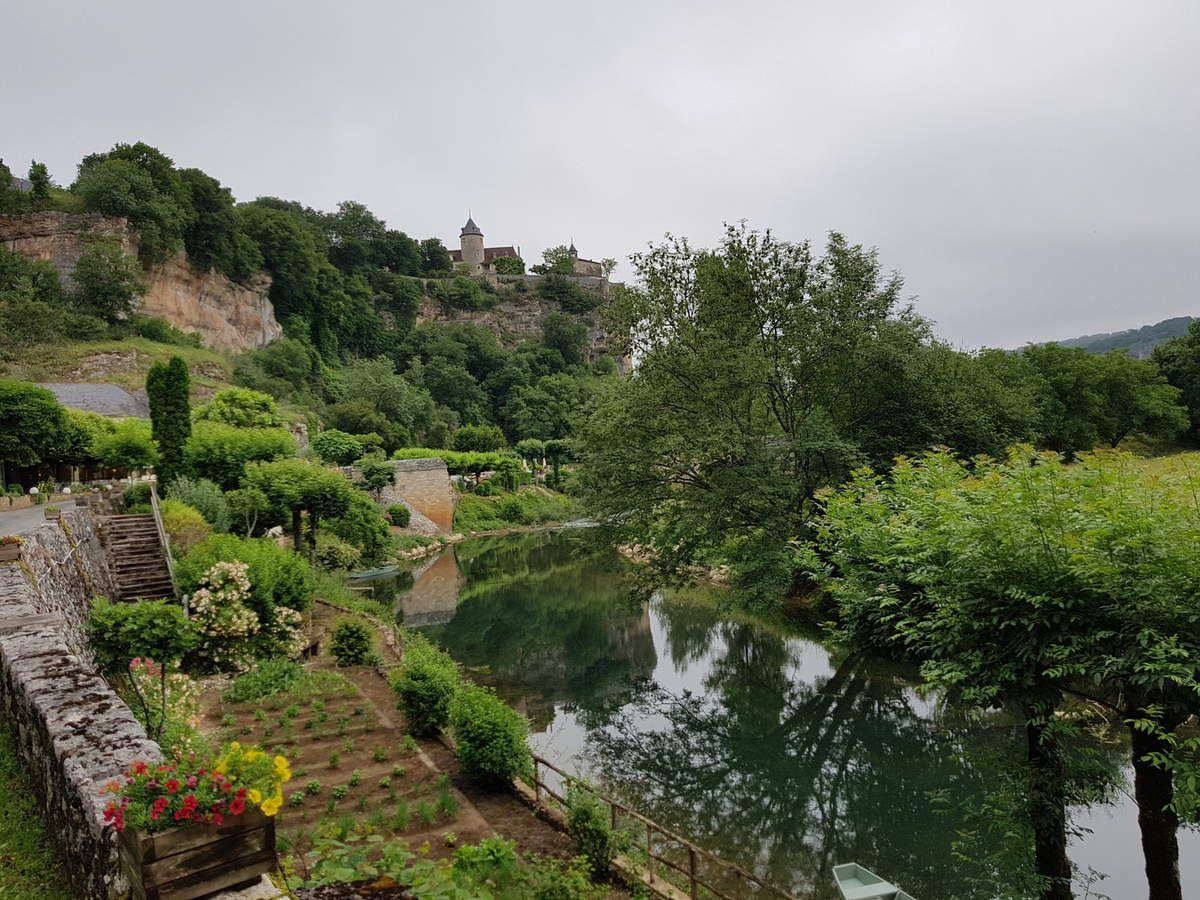 Les berges de la rivière sont aménagées en jardins potagers.