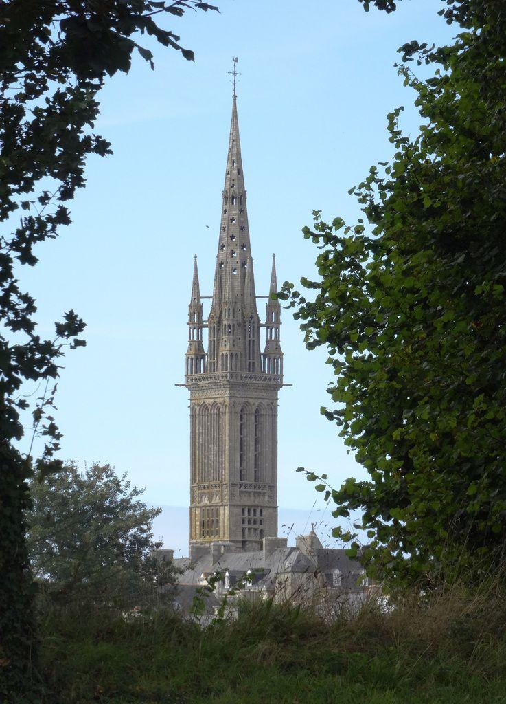 L'église de Saint Pol de Léon apparaît entre les arbres