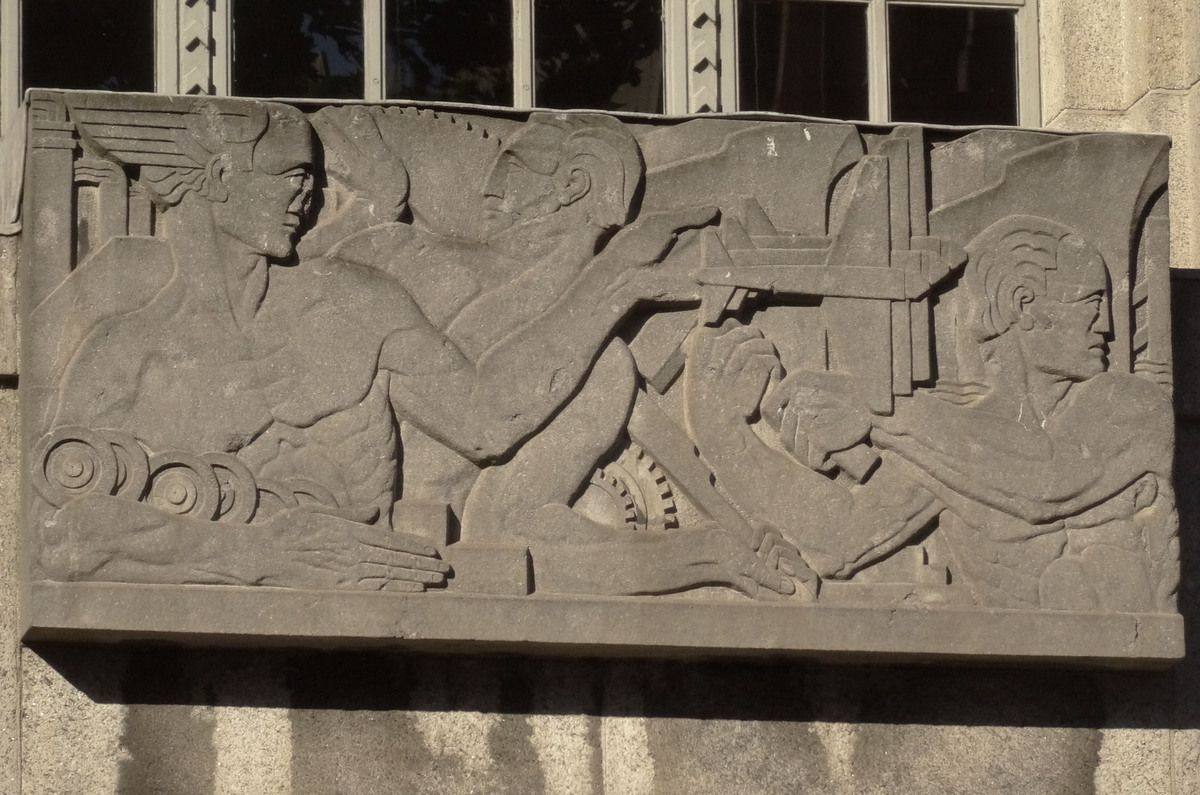 Un beau bas-relief au 23, Kildare Street (Dept. of Business, Enterprise and Innovation).