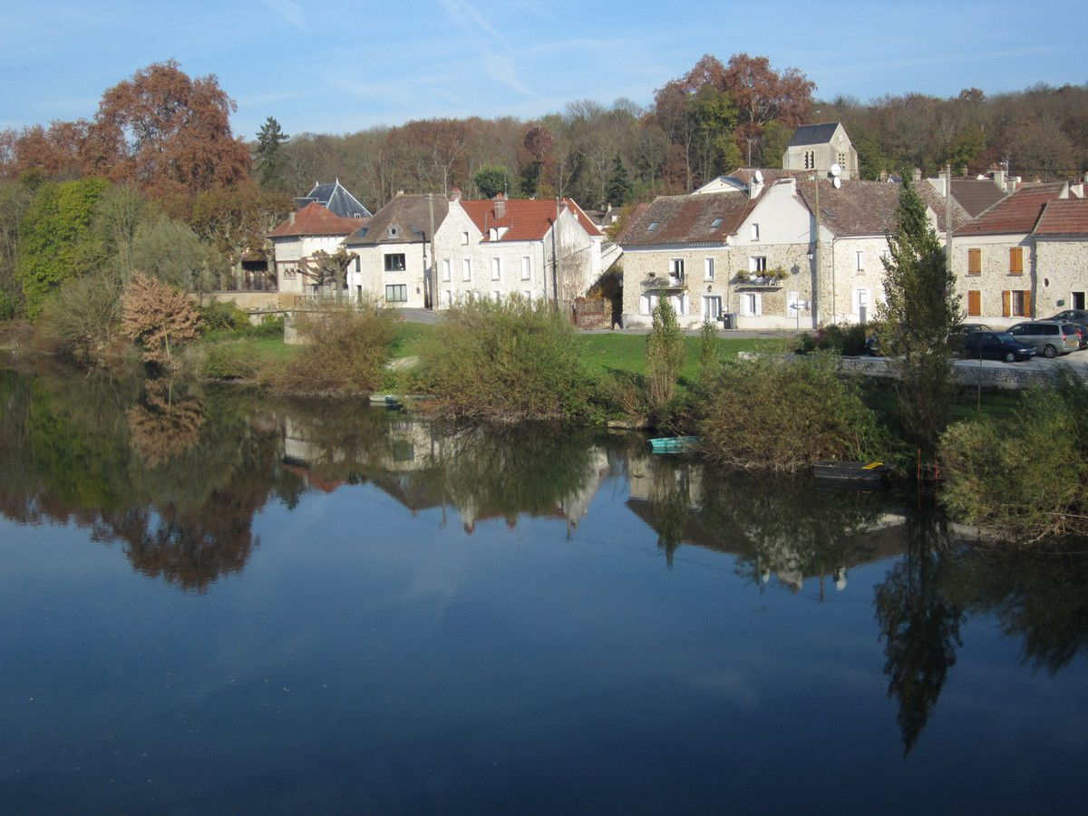 Trilbardou village seen from the bridge over the Marne River