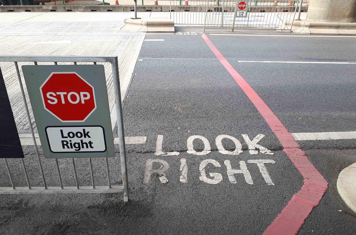 Il n'y a qu'à suivre la ligne rouge pour sortir du port (et y entrer...). Photo Jenny