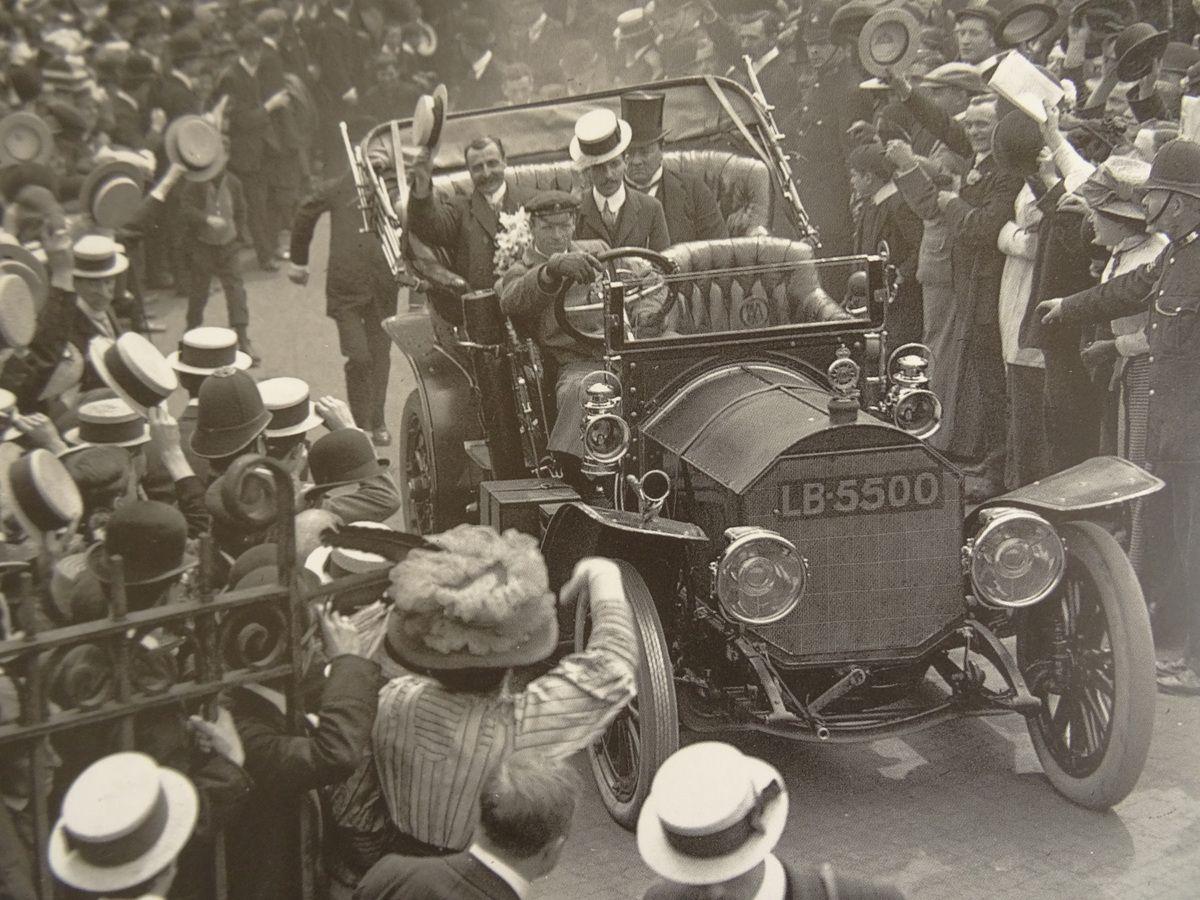 Lord Northcliffe (chapeau haut de forme) accueille Louis Blériot, triomphalement, à la gare Victoria, juste après le vol historique.