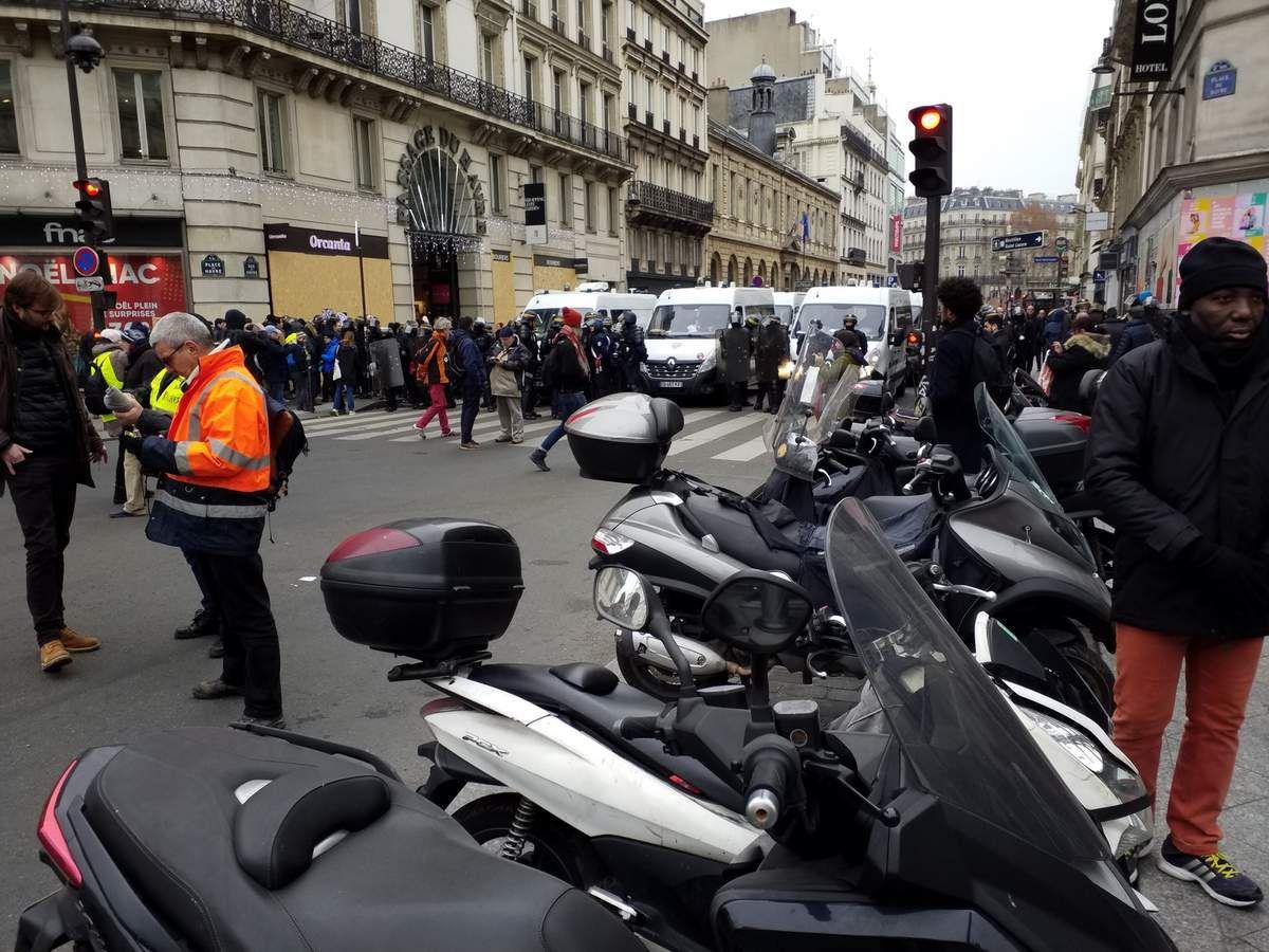 Police bloquant les avenues