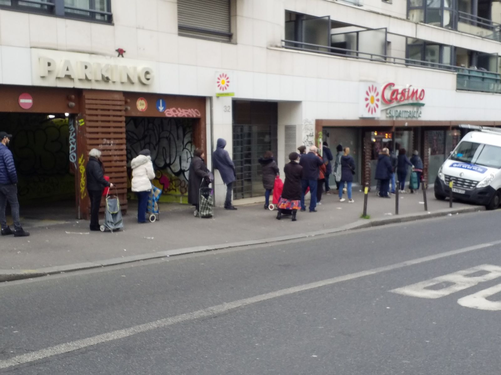 Queue devant  Casino r de Ménilmontant, Paris 20°, 27/03/20