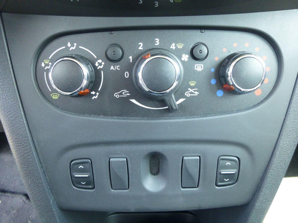 La climatisation manuelle est de série sur cette version.