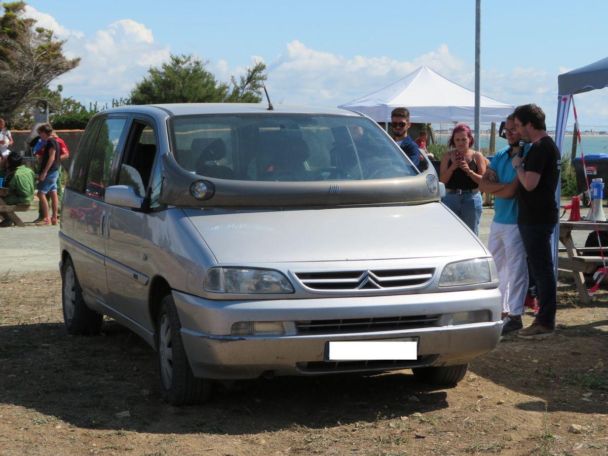 On prend un Citroën Evasion, on y ajoute le bourrelet du Multipla et on obtient le Multivasion...