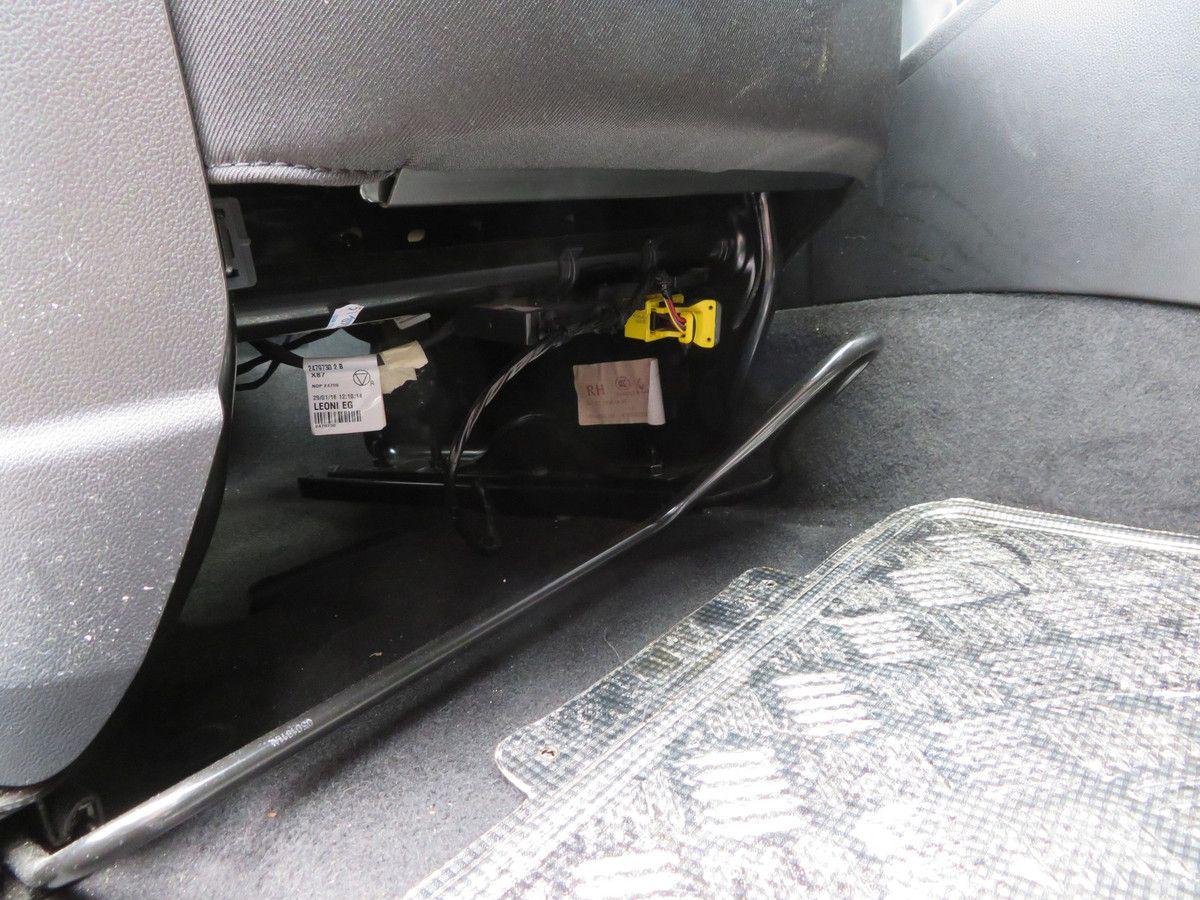 Voilà un petit problème de finition qui ne se voit pas mais qui devient gênant au moment de régler la profondeur du siège. Les doigts accrochent inévitablement les câbles, au risque de les débrancher.
