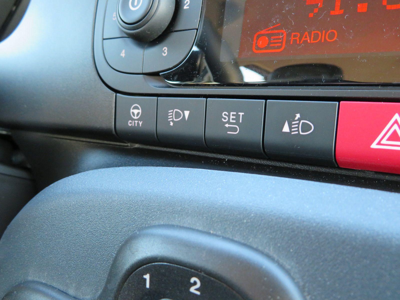 La Fonction City permet une surassistance de la direction qui n'en a pas réellement besoin tellement elle se montre légère en temps normal. Les boutons situés à droite permettent de régler un certain nombre de paramètres de l'ordinateur de bord.
