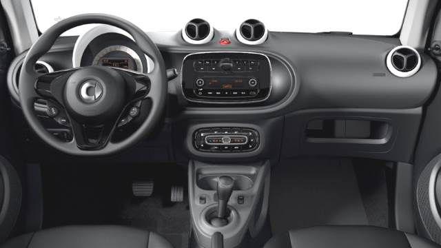 Petit gabarit mais petit prix... En version turbo essence 90 ch, la Fortwo se montre très nerveuse. De quoi être en mesure de prendre la route décapoté sans arrière pensée...