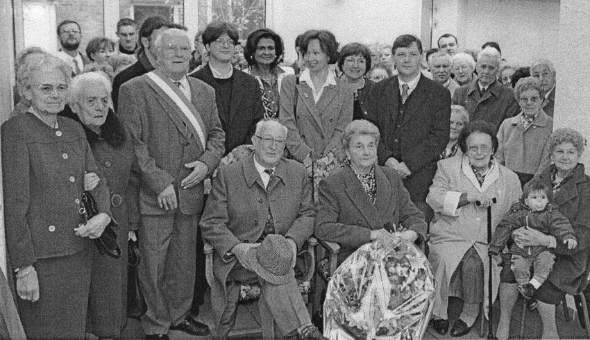 François Bisbrouck Conseiller Municipal délégué célébre les Noces d'Or de M. et Mme Roland De Meurisse Tierrie - Novembre 1998.