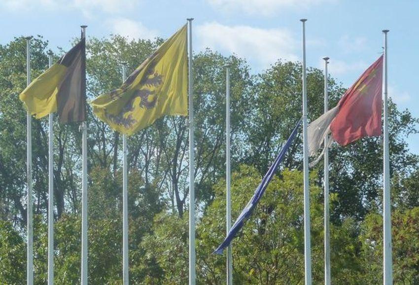 Septembre 2018 : Vision attristante de drapeaux en lambeaux... depuis 6 mois !