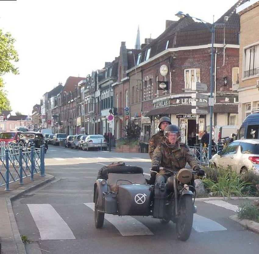 Défilé dans les rues d'Halluin, de véhicules et motos, avant l'expo consacrée à la Guerre 39/45 et la vie halluinoise - Octobre 2016.