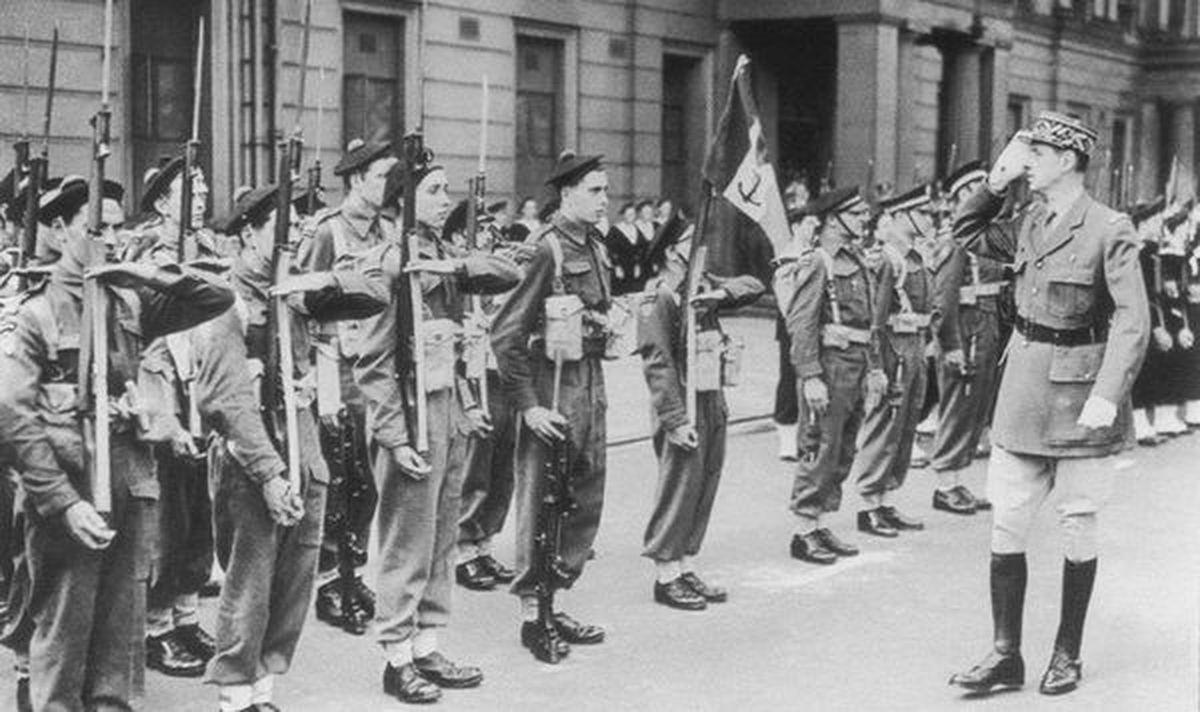 Jeunes, très jeunes ceux qui ont rejoint la France libre, en Juin 1940 à Londres, avec De Gaulle.