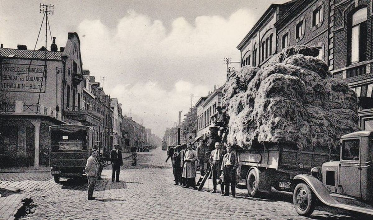 La carte postale (ci-dessus) nous permet de rappeler que l'industrie linière fut très importante à Halluin.