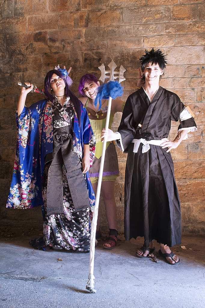 Mitsuki Honda en Yoruichi version kimono, Itsuchiro cosplay en Kaien, et moi même au centre en train de tapper l'incruste pour leur faire des cornes^^ photo de Chiara chiarel.