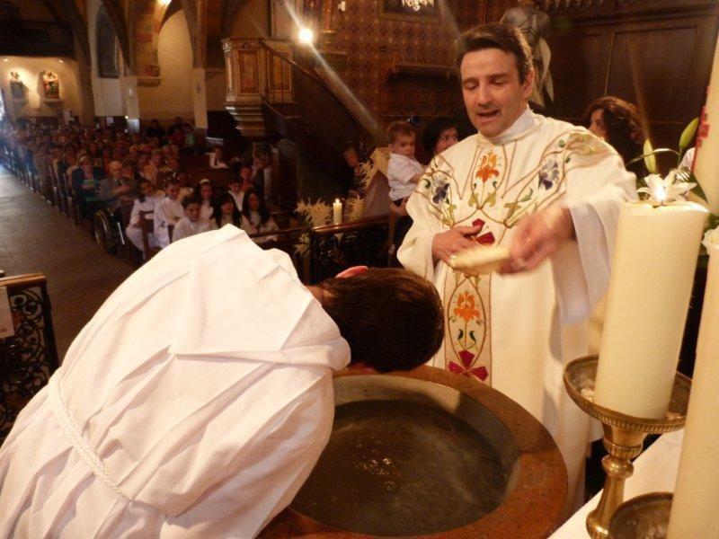 Baptême d'un adolescent sur la paroisse Saint Laurent en Châtaigneraie