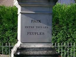 Pour un 11 novembre 2015 contre la guerre. Lecture des dernières lignes de la brochure de Junius de Rosa Luxemburg devant le monument aux morts pacifiste de Gy l'Evêque dans l'Yonne.