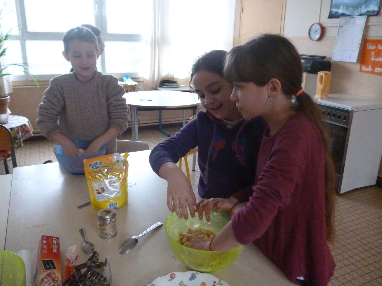 Nous mélangeons du beurre, de la farine et du  sucre.