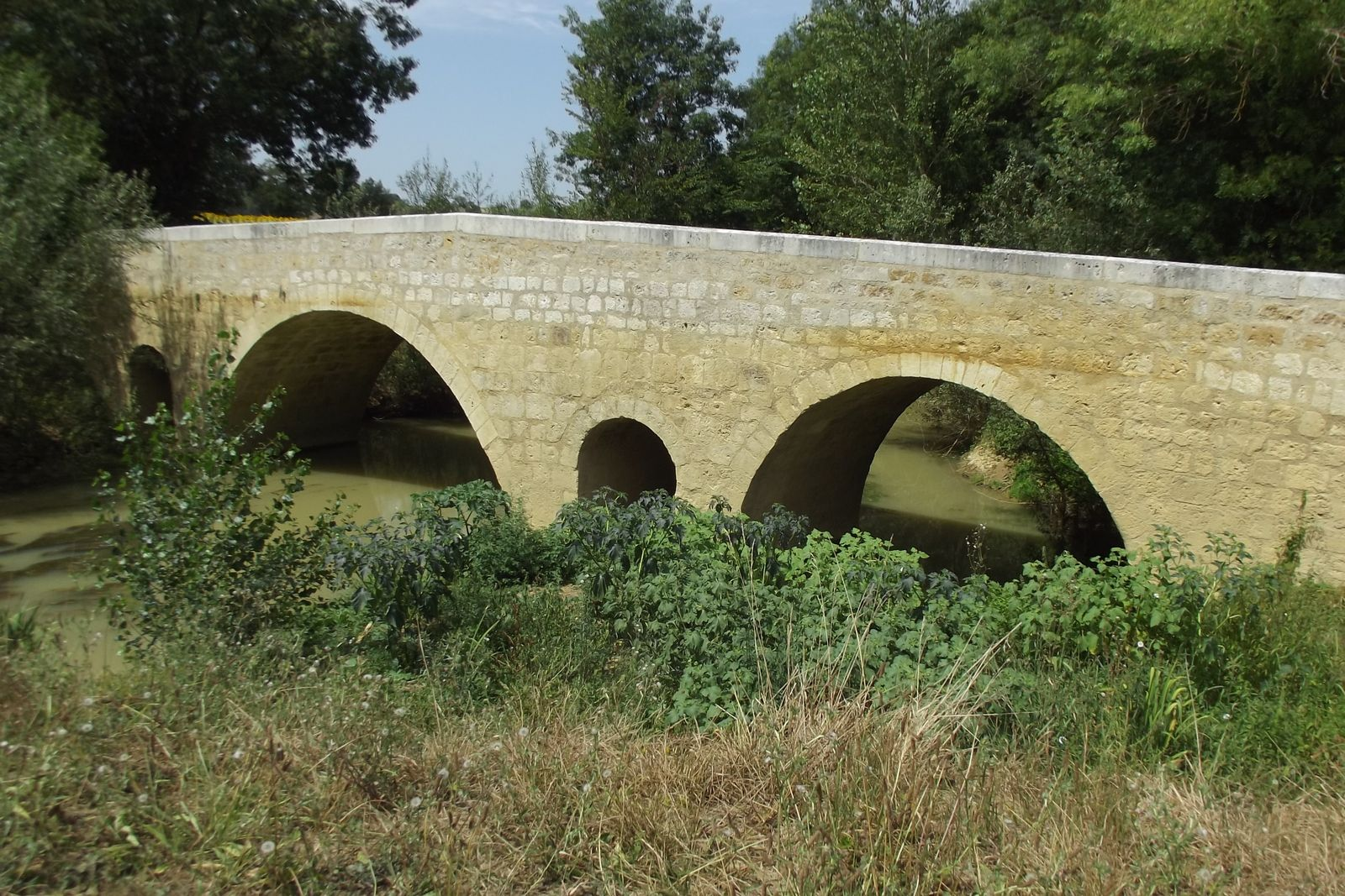 Le pont roman de L'Artigue entre Beaumont et Larresingle