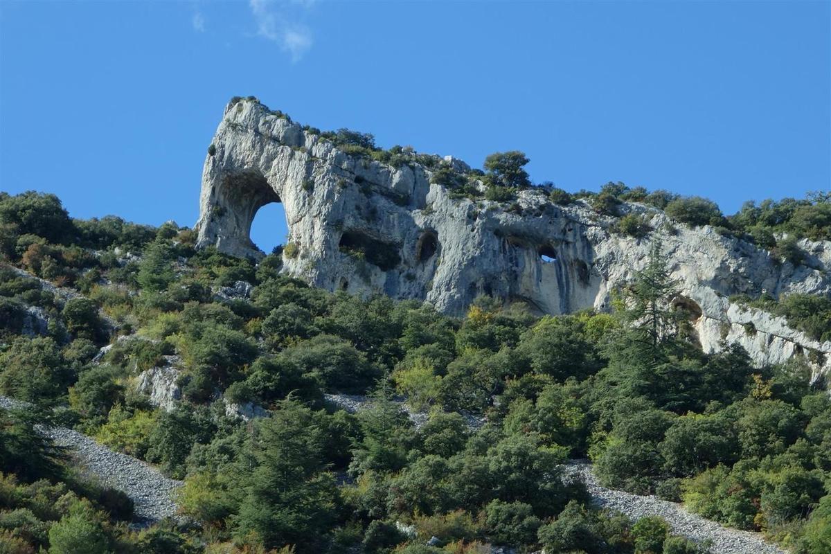 le vallon de Combrès et ses belles formations rocheuses