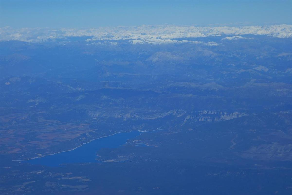 le lac Sainte-Croix, l'aval des gorges du Verdon et le versant sud de l'Estrop enneigé au second plan