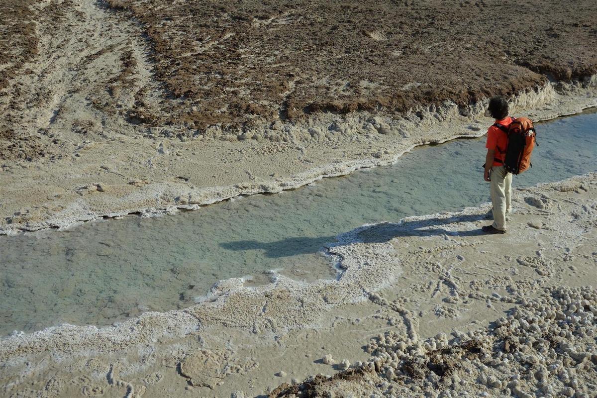 rivière  de sel à l'entrée de l'immense grotte 3N (la plus longue grotte de sel au monde, récemment découverte)