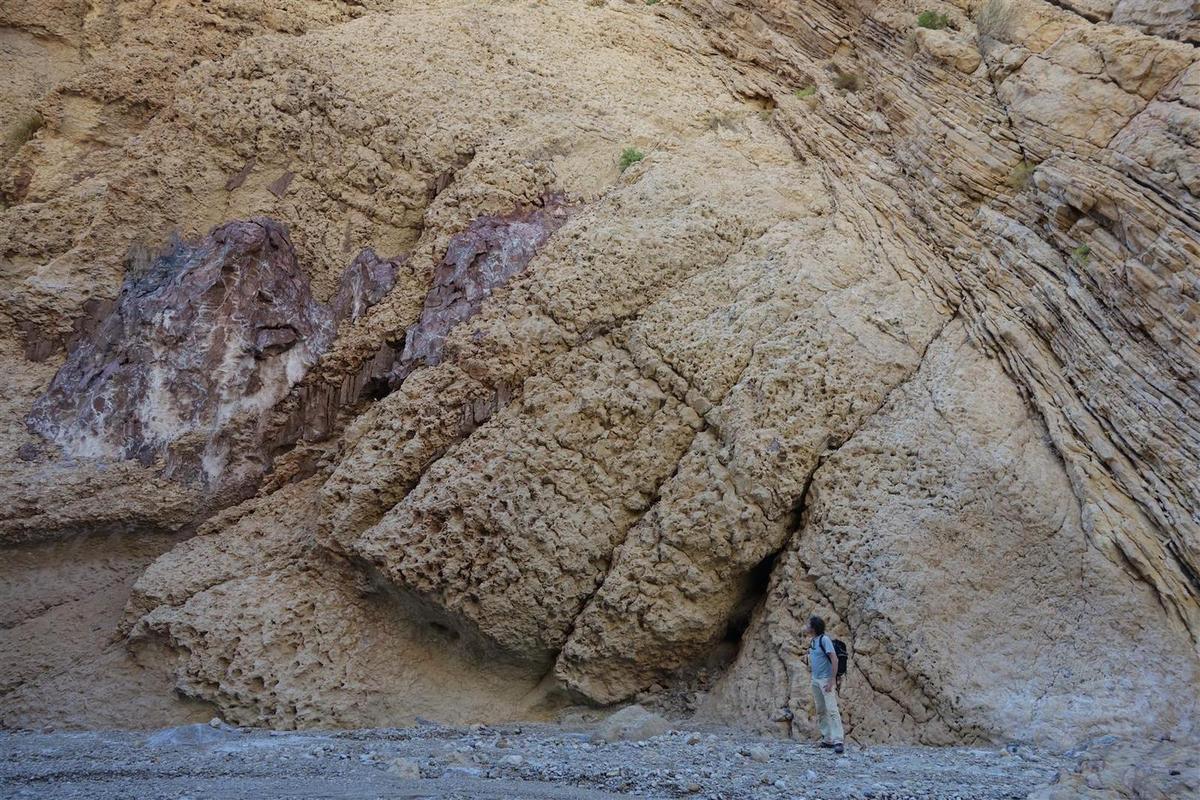 sérac de sel détaché du corps du glacier et plaqué sur la falaise de conglomérat