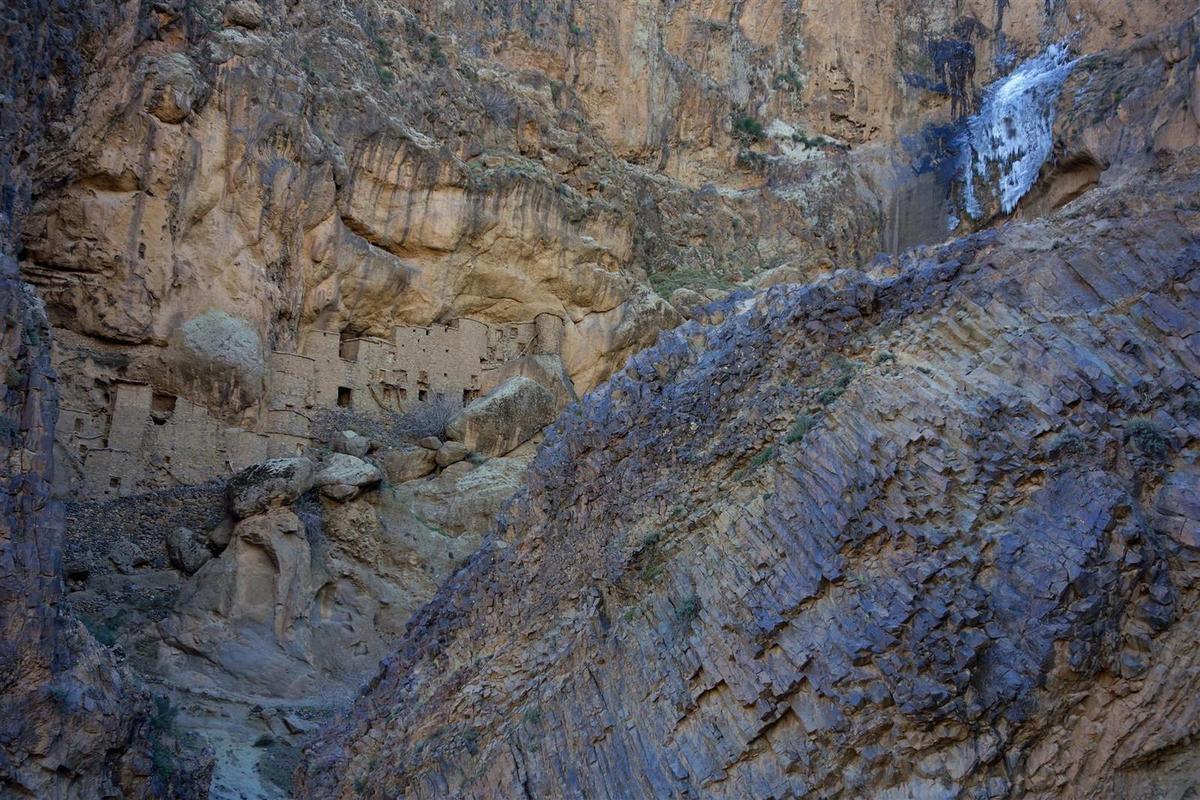 les greniers troglodytes du village de Tizgui, leurs orgues basaltiques et sa cascade de glace !