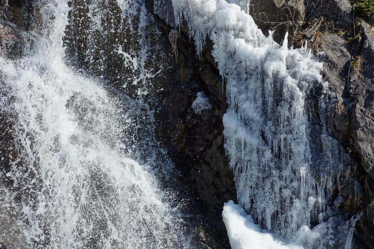 à a fin de la descente à 1500 m, cascade en mode encore semi-hivernal après 3 jours de grand froid