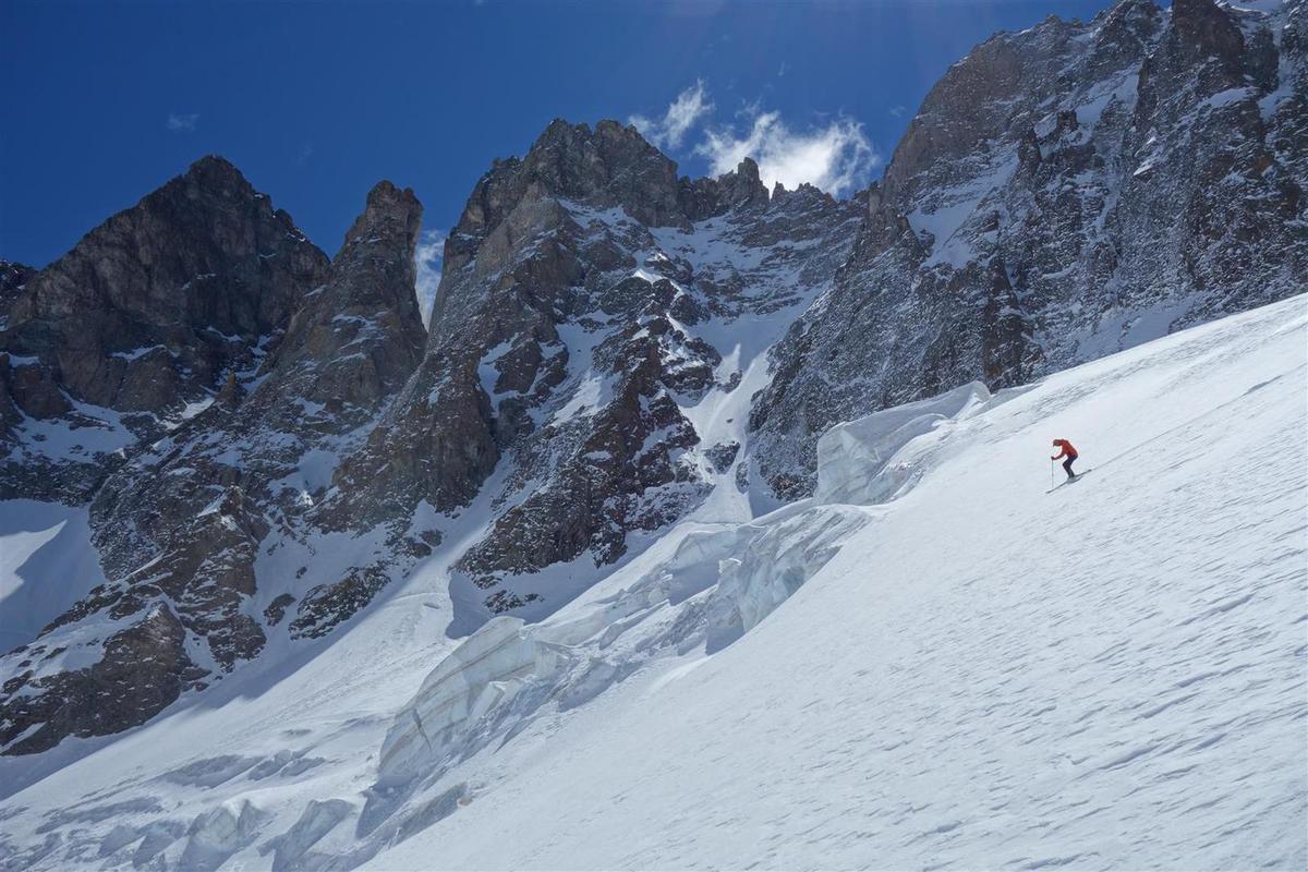 ski sur poudreuse entre les séracs