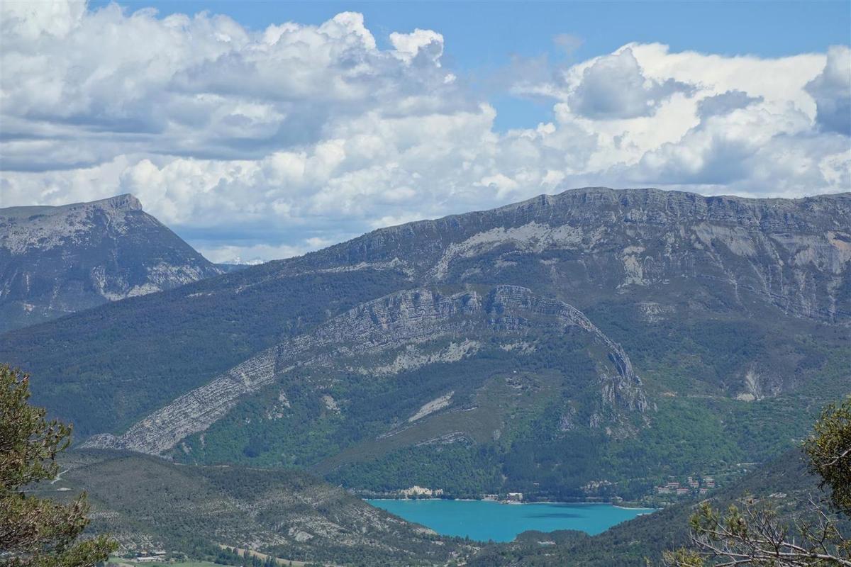 vue vers le lac du Castillon sous les plis géologiques