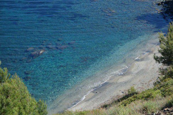 la plage du Jonquet à Fabrégas : de très belles criques sauvages sur du sable gris et sous la pinède du cap Sicier