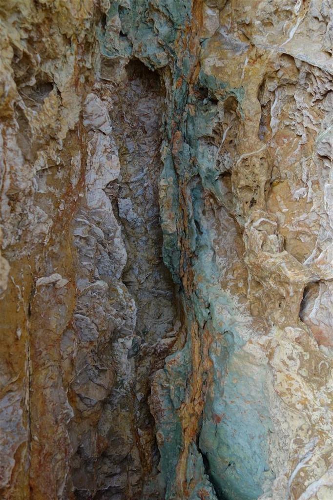 grottes, arches et filons colorés près du cap Méjean