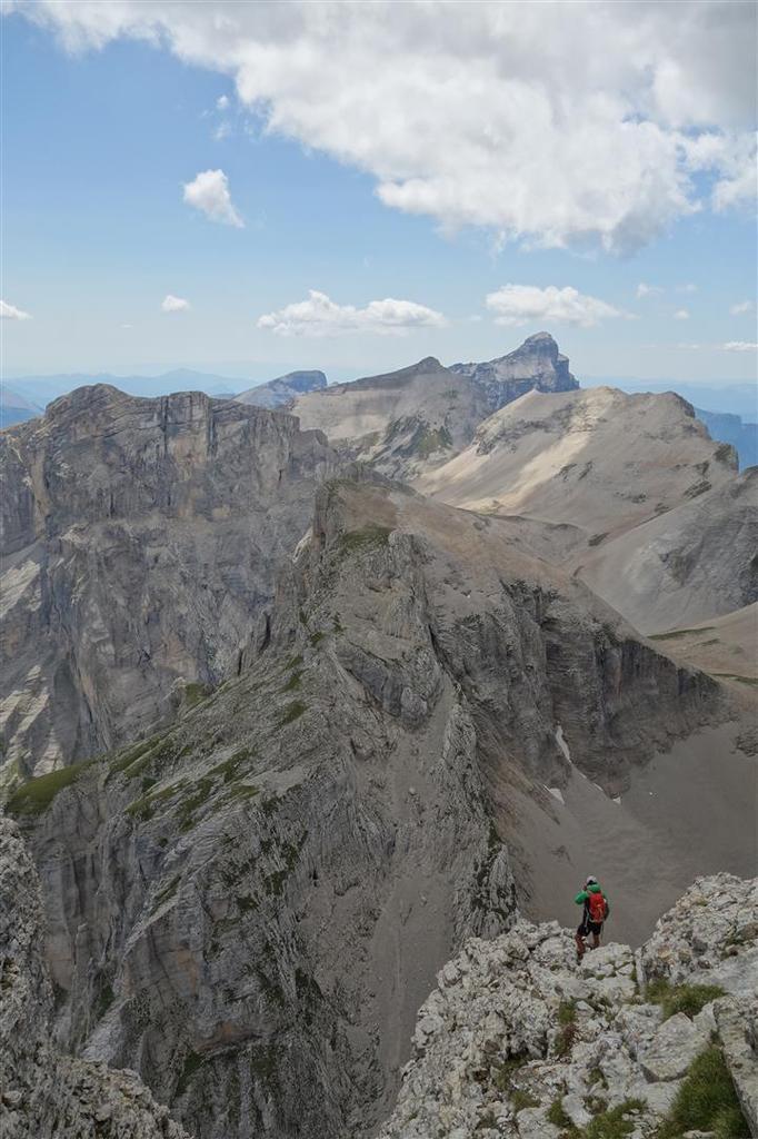 à la descente de la voie normale, vue sur ce qui semble être un glacier rocheux au fond de la combe de la Fuvelle, mis à nu en cette saison extrêmement peu enneigée