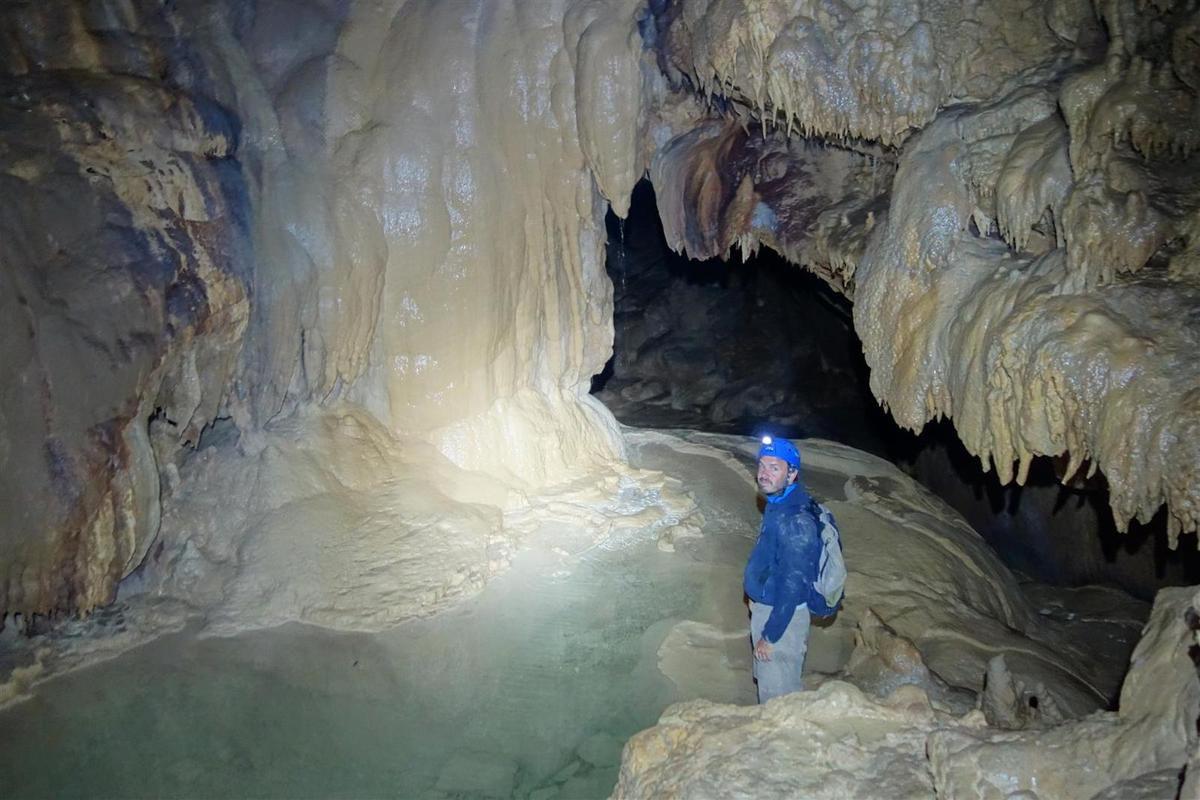 dans la rivière souterraine sous la galerie fossile